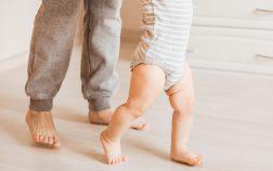 Foto de un bebe dando su primer paso
