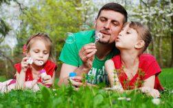 Foto de una padre jugando con sus hijas