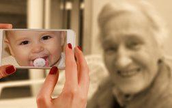 abuela y nieto conectados por smartphones